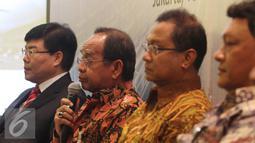 Yang Zhong Min (kiri) berdialog usai penandatanganan perjanjian di Jakarta (16/10/2015). PT PSBI merupakan konsorsium empat BUMN resmi bekerjasama dengan China Railway International untuk membangun kereta cepat Jakarta-Bandung. (Liputan6.com/Angga Yuniar)