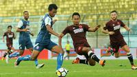 Dedik Setiawan gagal melewati kawalan pemain PSM di Stadion Kanjuruhan, Malang, Minggu (13/5/2018). (Bola.com/Iwan Setiawan)