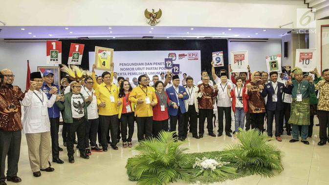 Sebanyak 14 perwakilan partai politik foto bersama usai pengambilan nomor urut peserta pemilu 2019 di kantor KPU, Jakarta, Minggu (18/2). (Liputan6.com/Faizal Fanani)