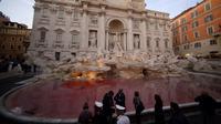 Kondisi air mancur Trevi di Roma, Italia setelah aksi seorang pemrotes menuangkan pewarna merah, 26 Oktober 2017. Pejabat Kota Roma mengecek lokasi untuk memastikan apakah ada kerusakan di tempat wisata dari abad ke-18 ini. (Filippo MONTEFORTE/AFP)