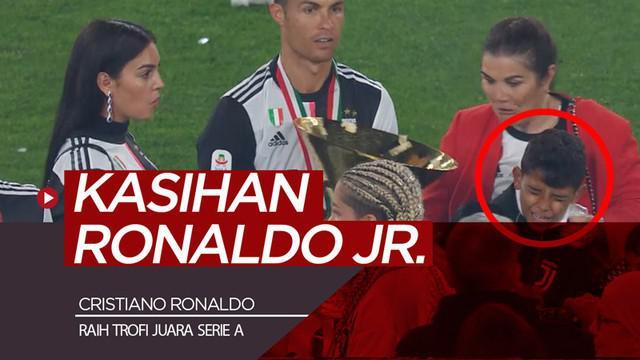 Berita video momen bintang Juventus, Cristiano Ronaldo, tak sengaja membuat anaknya, Ronaldo Jr., dan sang kekasih, Georgina Rodriguez, kena trofi juara Serie A 2018-2019.
