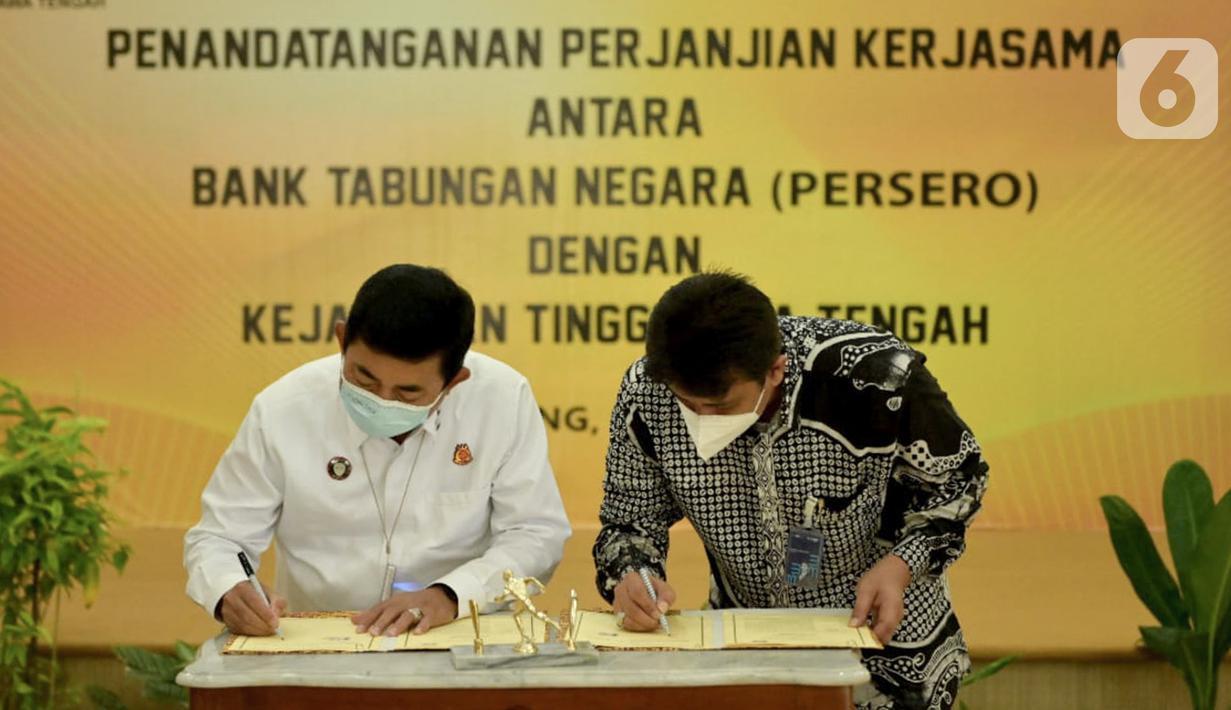 Kakanwil 6 PT Bank Tabungan Negara (Persero) Tbk. Edward Alimin Syarif (kanan) dan Kepala Kejati Jawa Tengah Priyanto (kiri) menandatangani naskah Perjanjian Kerja Sama (PKS) di Kantor Kejati Jateng, Semarang, Rabu (09/06/2021). (Liputan6.com/HO/BTN)