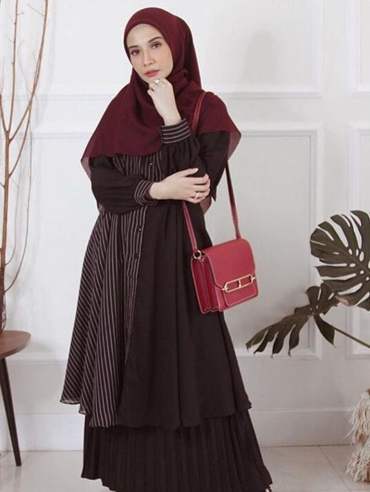 Foto Gaya Zaskia Sungkar Dalam Balutan Gamis Hitam Cantik Dan Stylish Hot Liputan6 Com