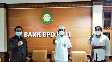 Direktur Utama (Dirut) Bank BPD Bali, I Nyoman Sudharma (tengah) bersama Kepala Pusat Inovasi Primakara I Gede Juliana Eka Putra (kiri) dan Kepala Divisi Kredit Bank BPD Bali I Gusti Ayu Citrawati (kanan)
