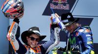Ekspresi kegembiraan pembalap Honda, Marc Marquez (kiri), setelah memenangi MotoGP Austin, Minggu (23/4/2017) waktu setempat. (EPA/Paul Buck)