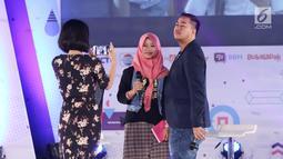 Indiepreneur Panjdi Pragiwaksono foto bersama peserta selama acara Emtek Goes To Campus 2018 di Universitas Negeri Semarang (UNNES), Semarang, Kamis (19/7). Panjdi Pragiwaksono membagi ilmu dan pengalamannya di EGTC 2018. (Liputan6.com/Herman Zakharia)