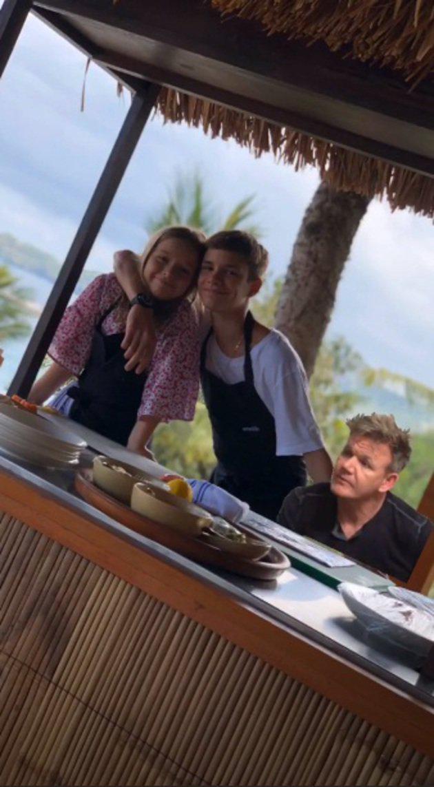 Keluarga Beckham juga sempat lho masak-masak. Kali ini yang mencoba jadi koki adalah Harper dan Cruz. Sang ayah pun kocak nih menambahkan stiker chef Gordon Ramsay di foto dua anaknya./copyright instagram.com/davidbeckham/victoriabeckham