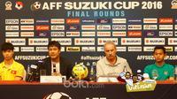 Pelatih Timnas Indonesia, Alfred Riedl (2kanan) dan Pelatih Vietnam Nguyen Huu (2kiri) saat mengikuti jumpa pers jelang leg kedua semifinal AFF Suzuki Cup 2016 di Vietnam, (06/12/2016). (Bola.com/Peksi Cahyo)