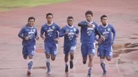 Persib Bandung menggelar latihan fisik intensitas tinggi di Stadion Universitas Negeri Yogyakarta (UNY), Jumat (22/12/2017) pagi. (Bola.com/Ronald Seger Prabowo)