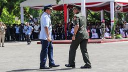Jenderal TNI Gatot Nurmantyo dan Marsekal TNI Hadi Tjahjanto dalam upacara serah terima jabatan Panglima TNI di Mabes TNI Cilangkap, Sabtu (9/12). Sertijab ditandai dengan penyerahan secara resmi tongkat komando Panglima TNI. (Liputan6.com/Faizal Fanani)