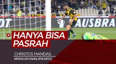 Berita video momen kiper klub Yunani, Atromitos, Christos Mandas, memilih untuk pasrah saja gawangnya kebobolan setelah ia melakukan blunder saat menghadapi AEK Athens.
