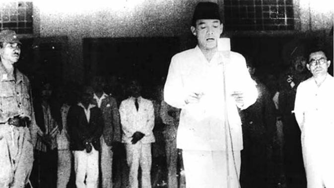 Dalam buku Samudera Merah Putih 19 September 1945, Jilid 1 (1984) karya Lasmidjah Hardi, alasan Presiden Sukarno memilih tanggal 17 Agustus sebagai waktu proklamasi kemerdekaan adalah karena Bung Karno mempercayai mistik. (Dok.Arsip Nasional RI)