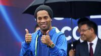 Ronaldinho berpose saat difoto dalam peluncuran akademi sepak bola di China (24/2). Akademi sepak bola ini mampu menampung 1000 anak didik. (Handout / Mission Hills / AFP)