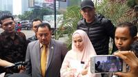 Fadlan Muhammad bersama istri, Lyra Virna melaporkan sebuah perusahaan travel haji di Polda Metro Jaya, Rabu (24/5/2017). (Surya Hadiansyah/Liputan6.com)
