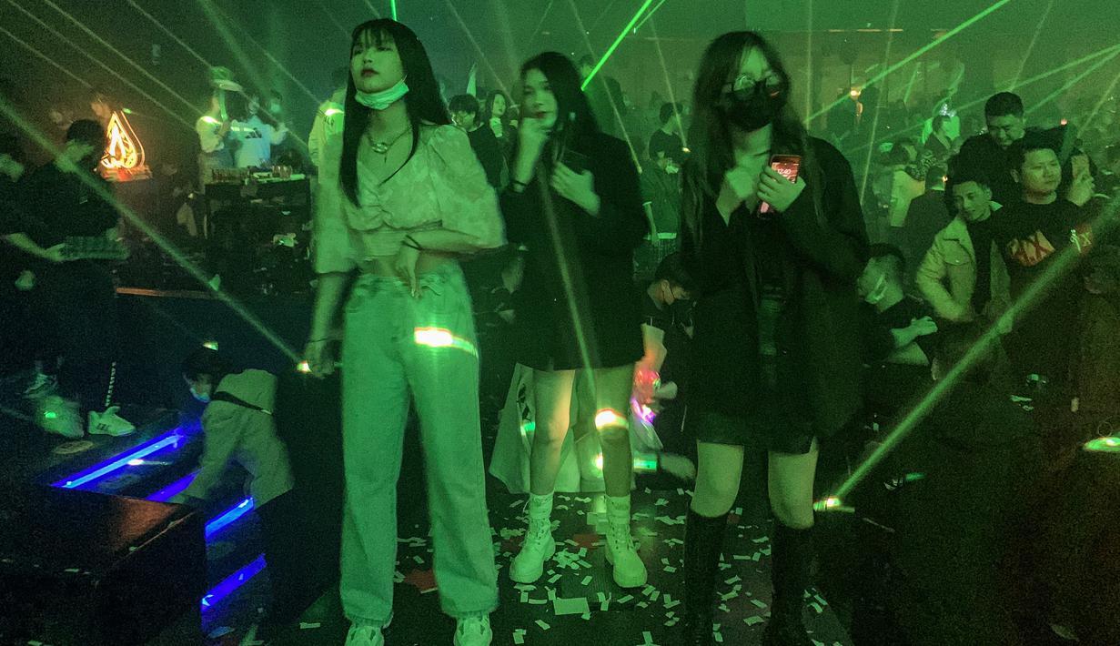Sejumlah wanita saat berada di dalam kelab malam di Wuhan, provinsi Hubei, China (21/1/2021). Sebuah kelab malam besar di Wuhan kembali menggeliat usai lockdown di tahun 2020. (AFP/Hector Retamal)