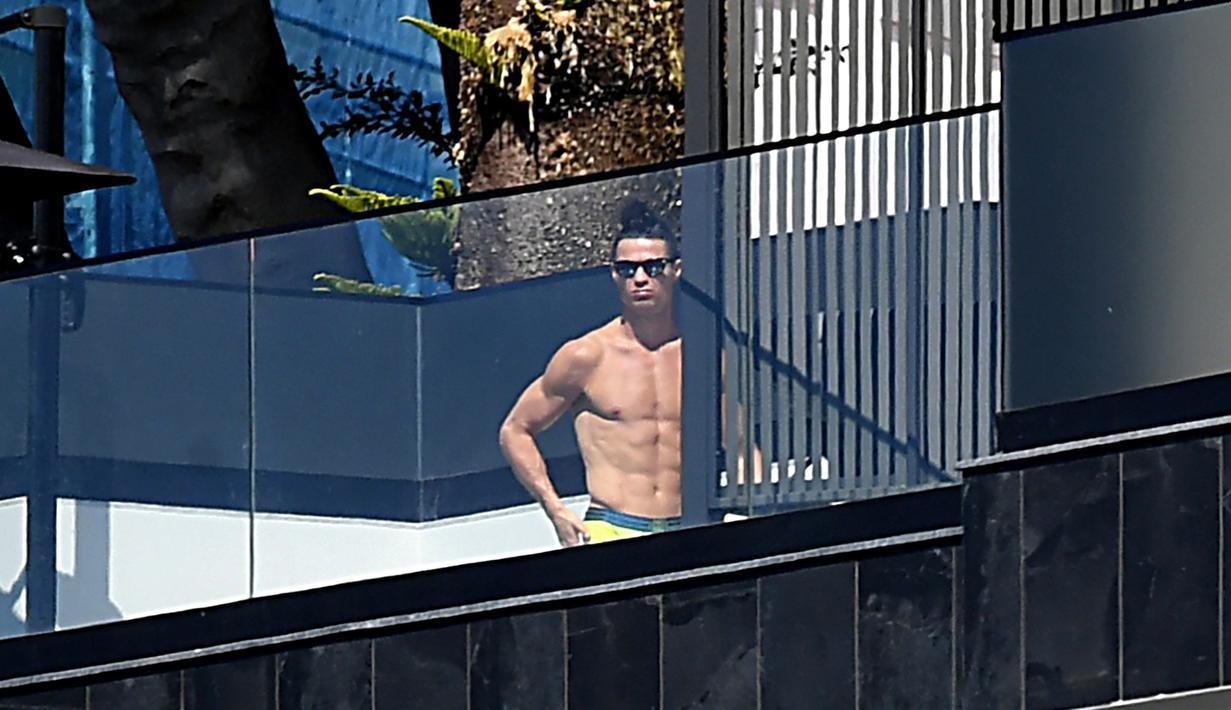 Bintang Juventus, Cristiano Ronaldo, saat berjemur di Kediamannya di Funchal, Portugal, Senin (16/3/2020). Cristiano Ronaldo memilih mengisolasi diri di rumahnya saat merebaknya wabah virus corona. (AFP/Rui Silva)