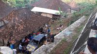 Mobil patroli milik Polsek Gedangsari Gunungkidul yang terjum 12 meter berada tepat disamping rumah warga. warga mencoba mengevakuasi kendaraan tersebut