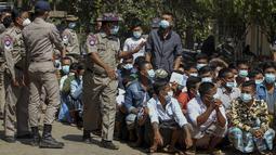 Para narapidana menunggu proses untuk dibebaskan saat pemberian amnesti yang menandai peringatan 74 tahun Hari Persatuan Myanmar di penjara Insein di Yangon, Myanmar (12/2/2021).  Amnesti massal untuk mengosongkan penjara yang penuh sesak di negara itu. (AP Photo)