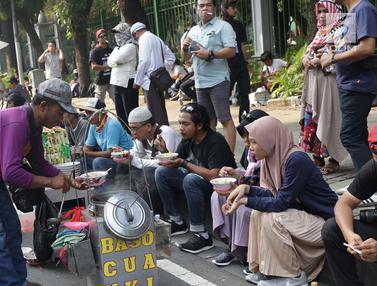 Massa Aksi Berkumpul, Berkah Bagi Pedagang Asongan