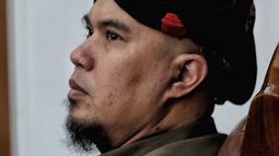 Musisi Ahmad Dhani hadir dalam lanjutan kasus ujaran kebencian di PN Jakarta Selatan, Senin (17/9). Agenda sidang adalah pemeriksaan saksi meringankan. (Liputan6.com/Faizal Fanani)