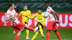Gelandang Borussia Dortmund, Jadon Sancho (kedua dari kanan) melepaskan tendangan yang berbuah gol pertama timnya ke gawang RB Leipzig dalam laga final DFB Pokal 2020/2021 di Olympiastadion, Berlin, Kamis (13/5/2021). Dortmund menang 4-1 atas Leipzig dan menjadi juara. (AFP/Annegret Hilse/Pool)