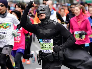 Seorang pelari mengenakan kostum Batman saat ambil bagian dalam Tokyo Marathon 2018 di Jepang, Minggu (25/2). Tokyo Marathon adalah salah satu dari 6 kompetisi lari kelas dunia setelah Boston, New York, Chicago, Berlin, dan London. (AP/Shizuo Kambayashi)