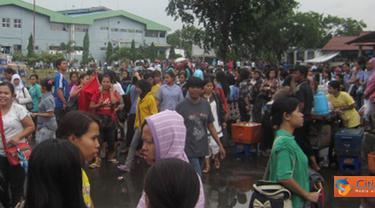 Citizen6, Cakung: Hingga saat ini sejumlah aparat keamanan masih berjaga di sekitar lokasi KBN Cakung, Jakarta Barat. (Pengirim: Suherman)