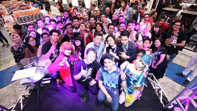 Dennis Adishwara, Kenichi Kataoka, Warizmi Thayib berfoto bersama penggemar gim mobile Yu-Gi-Oh! Duel Links di Indonesia Comic Con 2019