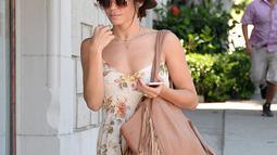 Jenna Dewan memadukan Boho outfitnya dengan sandal jepit nih, girls! (BROADIMAGE/REX/Shutterstock/HollywoodLife)