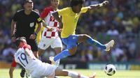Willian mencoba berkelit dari hadangan pemain Kroasia (AP Photo/Dave Thompson)