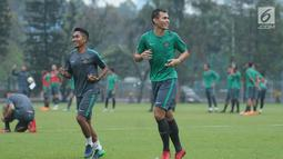 Pemain Persija, M Rezaldi Hehanusa (kanan) berlari kecil saat latihan bersama Timnas Indonesia U-23 di Lapangan A Kompleks GBK, Jakarta, Rabu (25/4). Latihan ini persiapan laga PSSI Anniversary Cup dan Asian Games 2018. (Liputan6.com/Helmi Fithriansyah)