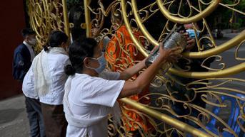 FOTO: Berbagi Sedekah untuk Biksu Selama Festival Kematian di Kamboja