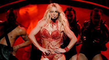 """Penyanyi Britney Spears sukses memanaskan panggung Billboard Music Awards (BBMA) 2016 di T-Mobile Arena, Las Vegas, Minggu (22/5). Britney Spears membuka penampilannya itu dengan membawakan """"Work, Bitch"""". (Kevin Winter/GETTY IMAGES NORTH AMERICA/AFP)"""