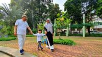 Ma'ruf terlihat bermain bersama cucunya di Taman Kodok, Menteng, Senin (15/4/2019). Tampak terlihat istinya, Wury Estu Handayani, turut serta dalam waktu santai tersebut.