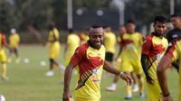 Pemain Sriwijaya FC Anis Nabar saat berlatih di Stadion Sumatri Brojonegoro, Jakarta, Sabtu (17/10/2015). (Bola.com/Nicklas Hanoatubun)