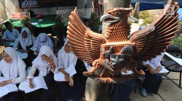 Siswa kelas 8 SMP 1 Cijeruk Terbuka belajar di halaman rumah warga di Kampung Cijeruk RT 002/005, Desa Palasari, Kabupaten Bogor, Jawa Barat, Senin (2/9/2019). Sebanyak 65 siswa kelas 7,8 dan 9 SMP Terbuka belajar sudah lebih dari sepekan belajar di tempat ini. (merdeka.com/Arie Basuki)