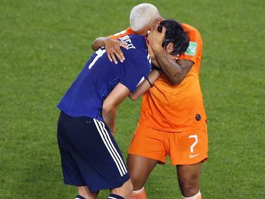 Shanice Van De Sanden (kanan) memeluk Saki Kumagai, setelah Belanda berhasil menang secara dramatis dengan skor 2-1 atas Jepang di Roazhon Park, Rennes pada babak 16 besar Piala Dunia Wanita 2019. ( AP/Francois Mori )