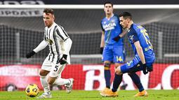 Pemain Juventus Arthur Melo (kiri) berebut bola dengan pemain Udinese Kevin Lasagna pada pertandingan Liga Italia di Allianz Stadium, Turin, Italia, Minggu (3/1/2021). Juventus menang 4-1 dengan sumbangan dua gol dari Cristiano Ronaldo. (Marco Alpozzi/LaPresse via AP)