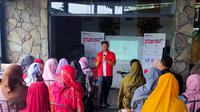 Manager Marketing Alfatrex Ferdian Hadi Putra memperkenalkan jasa logistik dari Alfamart kepada para pelaku UMKM di Palembang (Liputan6.com / Nefri Inge)
