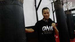 Atlet MMA, Lumban Gaol, berpose usai latihan bebas jelang laga One Championship di Syena Martial Arts, Jakarta, Rabu (16/1). Pertarungan tersebut akan berlangsung pada 19 Januari 2019 di Istora Senayan. (Bola.com/M Iqbal Ichsan)