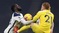 Pemain Tottenham Tanguy Ndombele duel perebutan bola dengan Harrison Reed dari Fulham pada laga Liga Inggris antara Tottenham Hotspur dan Fulham di Stadion Tottenham Hotspur di London, Rabu, 13 Januari 2021. (Shaun Botterill / Pool via AP)
