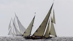 "Sebuah yacht beraksi dalam lomba layar ""Regates Royales - Panerai Trophy"" di perairan Cannes, Prancis, Selasa (22/9/2015). (AFP Photo/Valery Hache)"