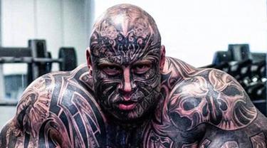 """Jens Dalsgaard telah mentato penuh tubuhnya dan melakukan berbagai cara agar mirip tokoh kartun """"The Beast"""" dalam cerita Beauty and The Beast. Pria asal Denmark ini setidaknya telah memiliki 40 tato yang menutupi wajahnya. (dailymail.co.uk)"""