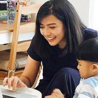 Ayu Hastari punya asisten di dapur. (Instagram/ayuhastari)