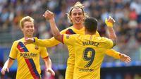 Penyerang Barcelona, Antoine Griezmann, merayakan gol ke gawang Eibar bersama Luis Suarez pada laga pekan kesembilan La Liga di Estadio Municipal de Ipurua, Sabtu (19/10/2019) malam WIB. Barca menang 3-0 atas Eibar. (AFP/ANDER GILLENEA)