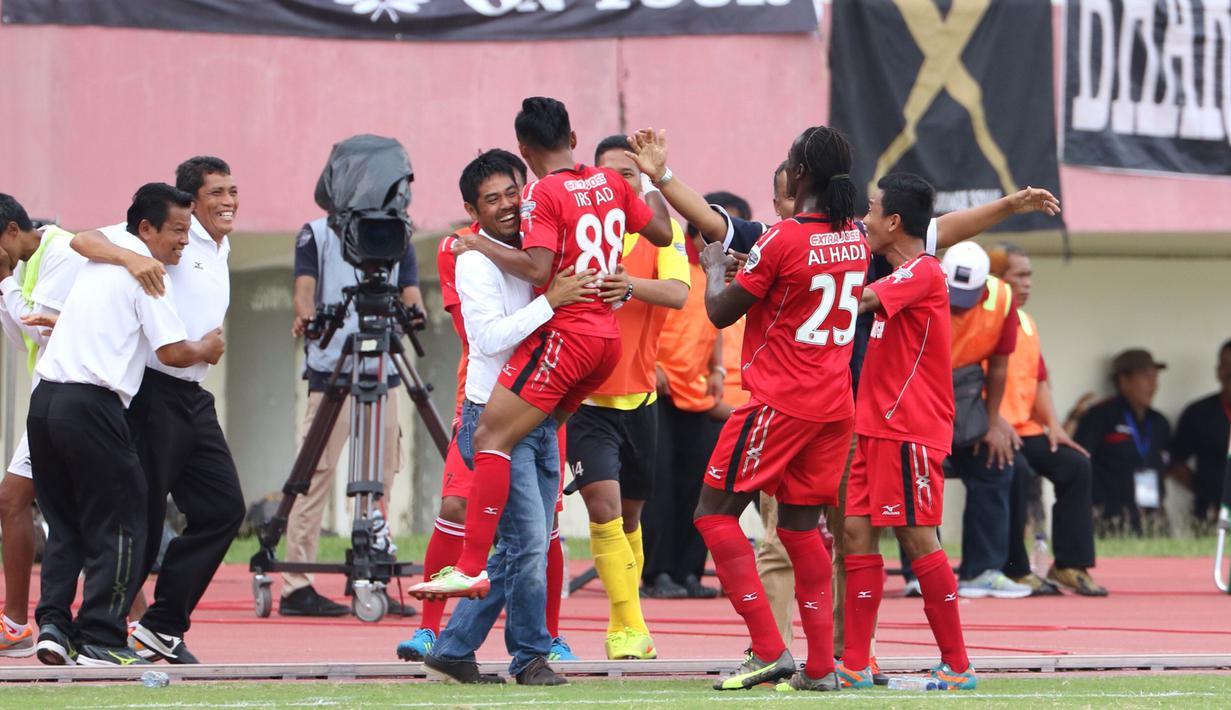 Pemain Semen Padang, Irsyad Maulana, merayakan gol kedua yang dicetaknya ke gawang Mitra Kukar bersama pelatih Nil Maizar pada lanjutan Grup D Piala Jenderal Sudirman 2015 di Stadion Manahan, Solo, Selasa (15/12/2015). (Bola.com/Nicklas Hanoatubun)