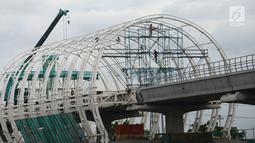 Pekerja mengerjakan pembangunan Halte Light Rail Train (LRT) Jakarta-Bogor-Depok-Bekasi (Jabodebek) di Jakarta Timur, Rabu (26/12). Proyek LRT Jabodebek tahap kedua memiliki panjang 38,50 kilometer. (Merdeka.com/Imam Buhori)