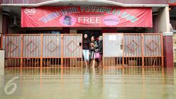 Sejumlah warga melihat banjir di halaman rumahnya di perumahan Pondok Hijau Permai, Bekasi, Senin (20/2). Banjir yang melanda disebabkan mengecilnya saluran air kali yang berujung di wilayah Jatimulya. (Liputan6.com/Gempur M. Surya)