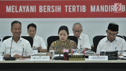 Menko PMK Puan Maharani didampingi Mensos Agus Gumiwang, Mendikbud Muhadjir Effendy, saat memimpin rapat tentang Percepatan Pemulihan Pasca Gempa Bumi NTB di Kantor Kemenko PMK, Jakarta, Senin (12/11). (Merdeka.com/ Iqbal S. Nugroho)