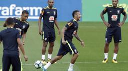 Striker Brasil, Neymar, bercanda bersama rekannya saat mengikuti sesi latihan bersama timnas Brasil jelang laga kualifikasi piala dunia 2018 di Porto Alegre, Brasil, Selasa (29/8/2017). Brasil akan berhadapan dengan Ekuador. (AP/Andre Penner)